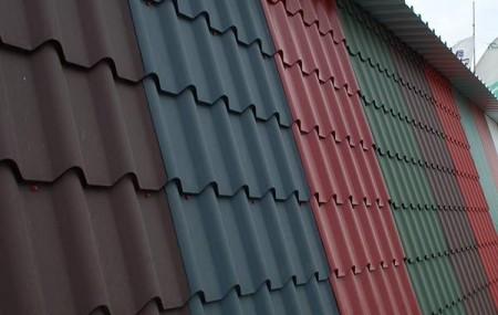 Крыша — лицо здания, кровля – самая важная часть крыши. При выборе материала не стоит базироваться на вкусовых предпочтениях. Более важна конструкция. Она может быть плоская, криволинейная или скатная. Для плоской криволинейной крыши варианты покрытия кровли ограничены мягкими материалами. Для скатной конструкции можно использовать шифер, металлическую, керамическую, композитную черепицу, деревянное покрытие. Немаловажно так же предназначение […]