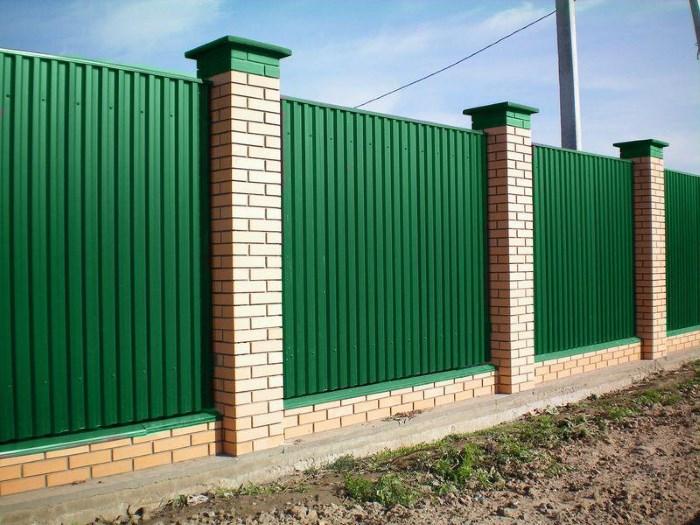 Спорудження паркану з профнастилу