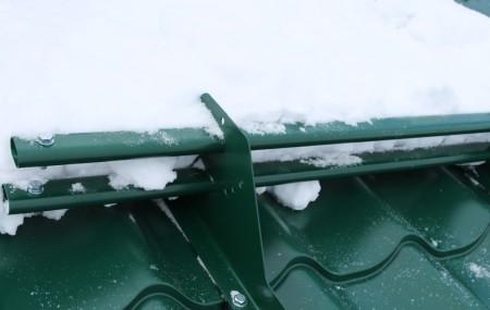 Обильный снег на кровле загородного дома создает проблему – возможность его лавинообразного схода. Она легко решается приобретением и установкой снегозадержателя. Это защитное устройство является элементом кровли и может устанавливаться, как при строительстве дома, так и в любое время после начала его эксплуатации. В зависимости от вида устройства решаются задачи: задержать массу снега, но пропустить образовавшуюся […]