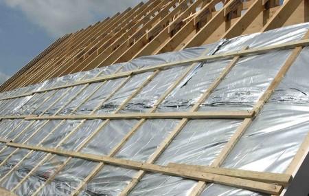 Выбрать продуманный до мелочей проект дома недостаточно для того, чтобы в будущем строение было уютным и теплым — важно соблюсти технологию строительных работ. Особенно это касается крыши, которая страдает от внешней (осадки) и внутренней влаги (пар, образуемый в квартире по ходу приготовления пищи, влажной уборки или стирки). Чтобы защитить кровлю от негативного влияния жидкости, обеспечить […]