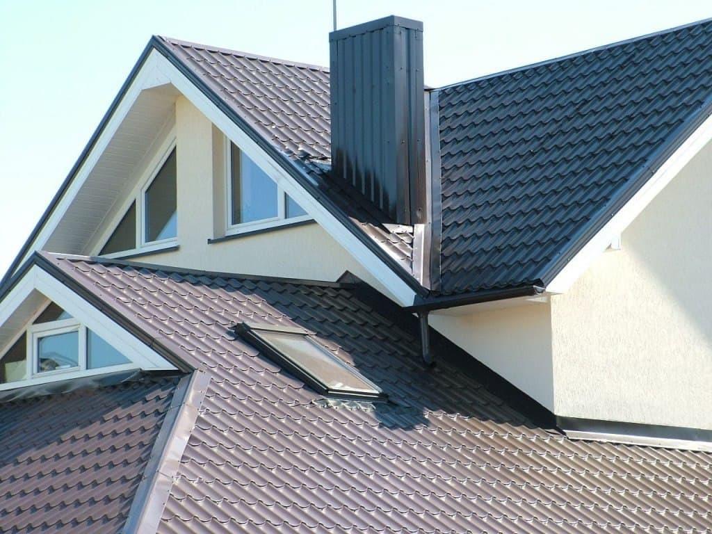 Коричневая металлочерепица на крыше дома